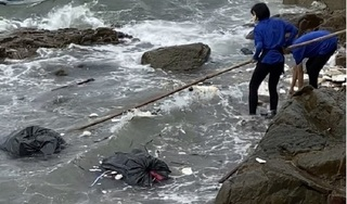 Phạt nhân viên và chủ quán cà phê vứt rác xuống biển 35 triệu đồng