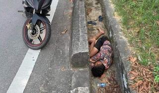 Say rượu, người đàn ông ngủ co quắp trong rãnh thoát nước ven đường