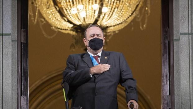 Tổng thống Guatemala nhiễm Covid-19.