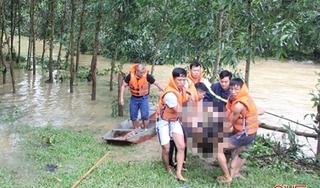 3 thanh niên dắt xe máy qua cầu tràn, 1 người bị nước cuốn trôi