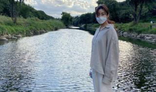 Diện trang phục rộng thùng thình, 'tình cũ Hyun Bin' Kang Sora bị nghi cưới chạy bầu