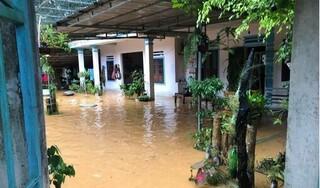 Người dân thành phố Vinh bì bõm trong biển nước sau bão số 5