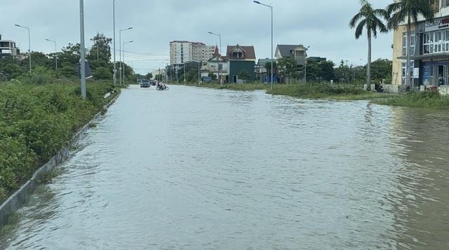 Người dân miền Trung bì bõm trong biển nước sau bão số 5
