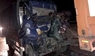 Va chạm với xe đầu kéo trên cao tốc, 2 người trên xe tải tử vong tại chỗ
