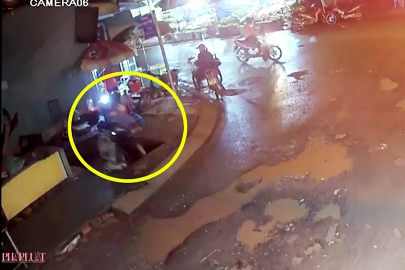 Nam thanh niên cùng xe máy rơi thẳng xuống hố sâu hơn 3m trên vỉa hè