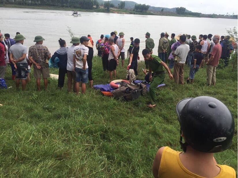 Dũng cảm lao xuống sông cứu người bất thành, tài xế xe tải và người phụ nữ bị nước cuốn mất tích