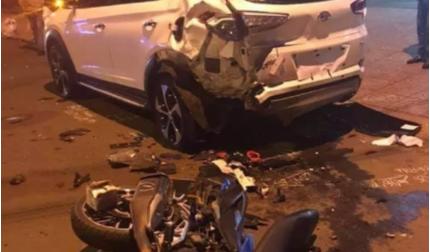 Tông nát đuôi xe ô tô đậu bên đường, 2 thanh niên tử vong