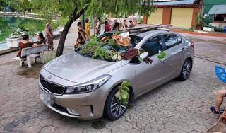 Chiếc ô tô đỗ trên vỉa hè bị dân tình quăng nhiều 'vật thể lạ'