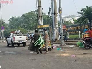 Nhóm thanh niên cầm hung khí rượt chém người bán bánh mì