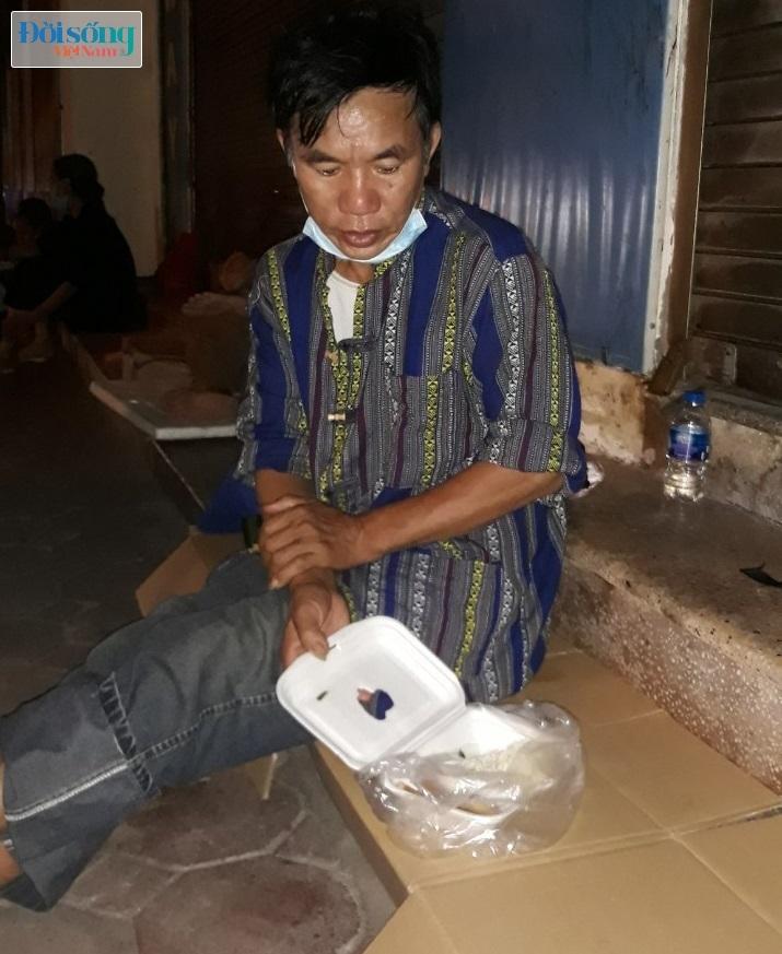 """Những phận người """"bèo bọt"""" sống lay lắt trong lòng phố đêm ở Hà Nội01"""