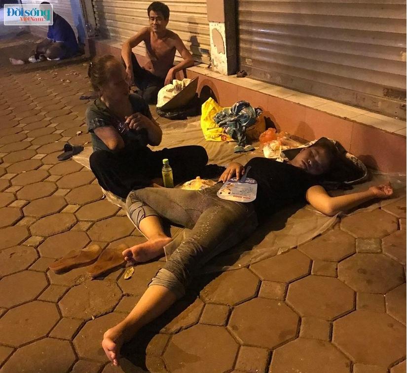 """Những phận người """"bèo bọt"""" sống lay lắt trong lòng phố đêm ở Hà Nội00"""