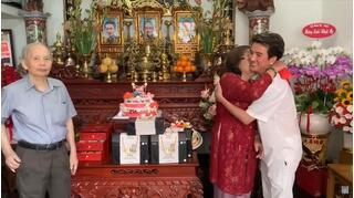 Mẹ Hoài Linh bật khóc trước tình cảm của Đàm Vĩnh Hưng