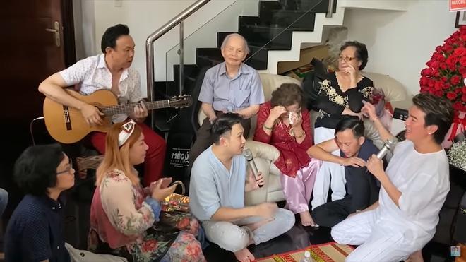 Mẹ Hoài Linh bật khóc trước tìnhc ảm của Đàm Vĩnh Hưng