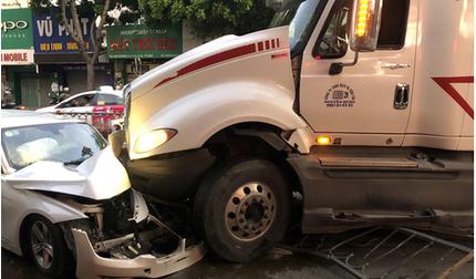 Container húc văng dải phân cách, tông nát đầu xe sang BMW trên phố Sài Gòn