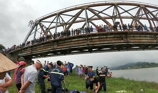 Tài xế lao xuống sông cứu cô gái được tặng huy hiệu 'Tuổi trẻ dũng cảm'
