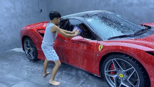 Quý tử nhà Cường Đô La 10 tuổi đã biết phụ ba rửa siêu xe tại biệt thự riêng