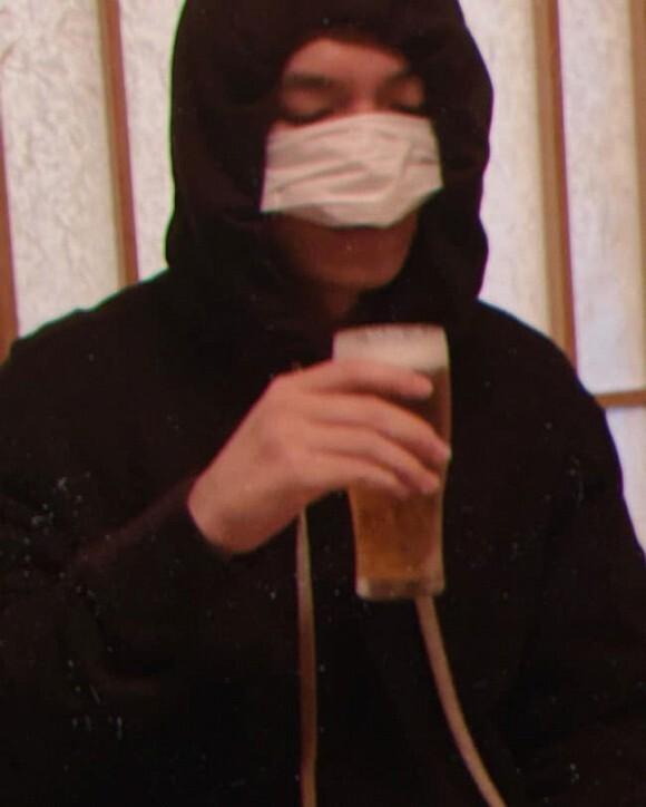 Lee Min Ho khiến fan cươi ngất vì hành động vừa đeo khẩu trang vừa uống bia