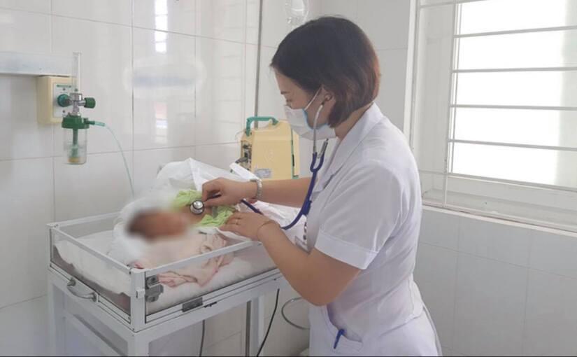 Bé sơ sinh bị uốn ván nguy kịch sau khi được bà cắt rốn tại nhà bằng thanh nứa