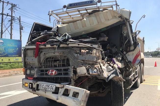 Tông đuôi xe ben cùng chiều, tài xế mắc kẹt trong cabin kêu cứu thảm thiết