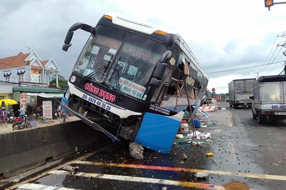 Xe khách biển Nam Định húc văng 2 xe máy khiến 2 người thương vong