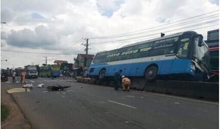 Tin tức tai nạn giao thông ngày 23/9: Xe khách tông xe máy, 2 người thương vong