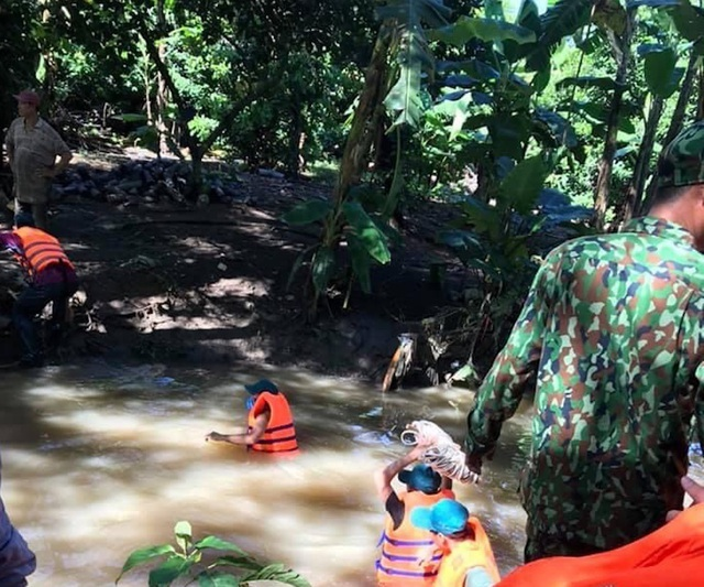Tin tức trong ngày 23/9: Đã thấy thi thể người phụ nữ  bị rớt xuống cống trong mưa lớn. 1