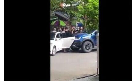 Xe bán tải lao thẳng vào nhóm thanh niên đang hỗn chiến giữa đường