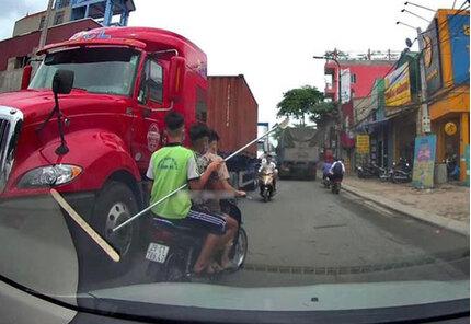 Danh tính nhóm thanh niên ngang nhiên cầm dao phóng lợn đi giữa phố Hà Nội
