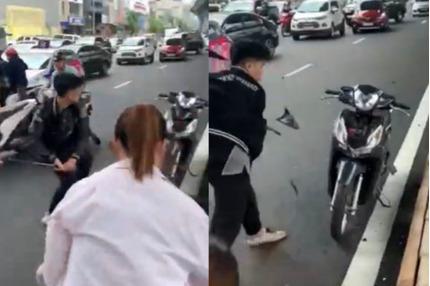 Thanh niên đập phá xe máy của người đi đường sau va chạm với bà bầu