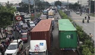 Hai container va chạm trên QL1, giao thông ùn tắc 5km
