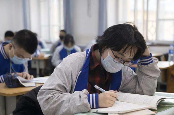 Trường học ở Trung Quốc quy định nữ sinh phải cắt tóc ngắn mới được nhập học