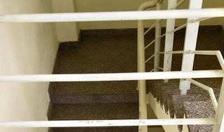 Bé trai 20 tháng tuổi rơi từ lan can tầng 3