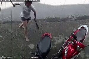 Người phụ nữ cầm 2 con dao, chém liên tiếp vào xe máy nhà hàng xóm