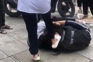 Nữ sinh Hà Nội giật tóc đánh nhau như 'phim chưởng' ngay trước cổng trường