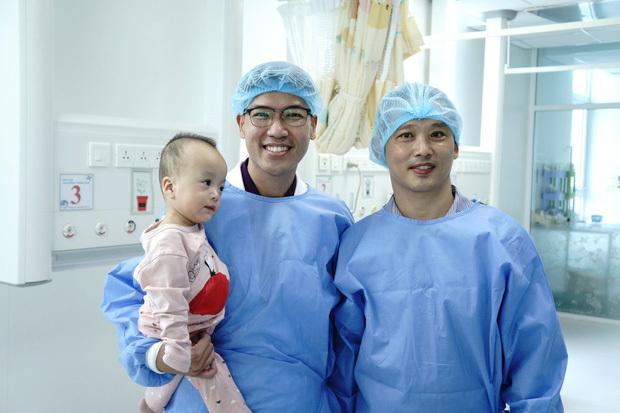 MC Quyền Linh đến thăm Trúc Nhi - Diệu Nhi trước khi xuất viện, về nhà đón Trung thu