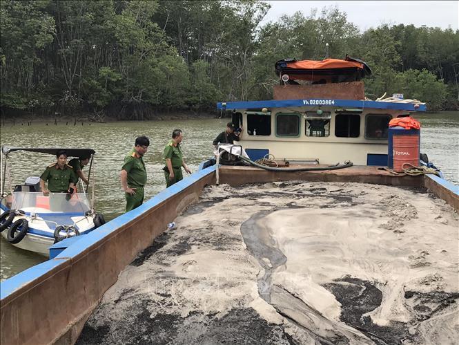 Bắt quả tang các đối tượng bơm hút cát trái phép trên sông Đồng Nai