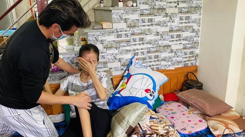Đàm Vĩnh Hưng nghẹn ngào, xót xa khi ra Hải Phòng, đến tận nhà thăm fan bị bệnh