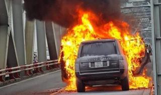 Range Rover bốc cháy ngùn ngụt trên cầu Chương Dương