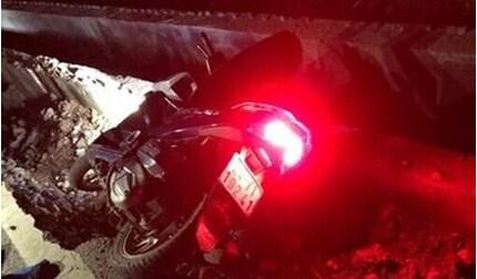 Phát hiện thi thể thanh niên cạnh xe máy, dưới cống nước