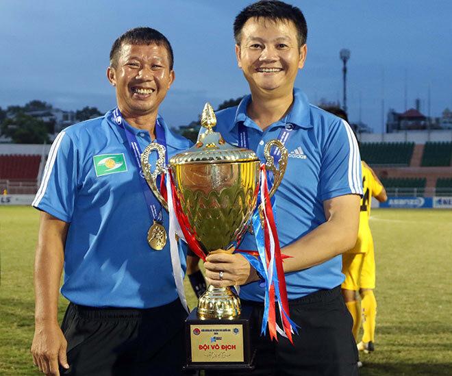 HLV Văn Quyến vui mừng khi giúp SLNA vô địch U17 quốc gia