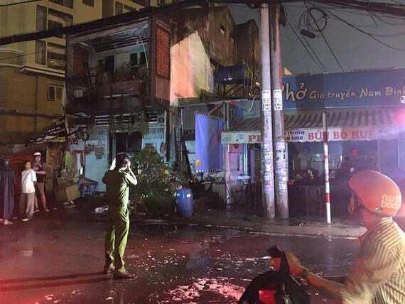 Cháy nhà dân và quán phở ở Sài Gòn, thực khách bỏ chạy tán loạn