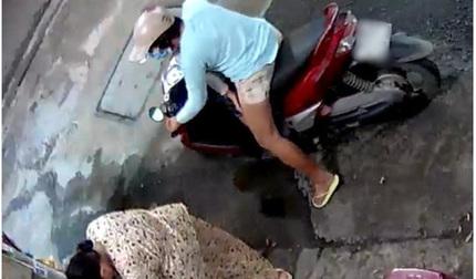 Giả vờ dừng xe hàng tạp hóa, người phụ nữ 'xúi' bé trai lao vào lấy trộm túi tiền
