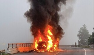 Container bất ngờ bốc cháy ngùn ngụt trên QL1A