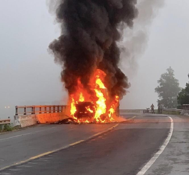 Container cháy ngùn ngụt trên QL1A