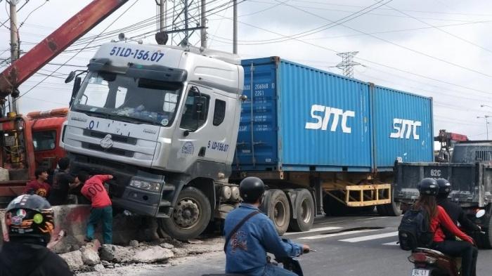 Xe container kéo 2 feet đâm dải phân cách cứng trên QL1