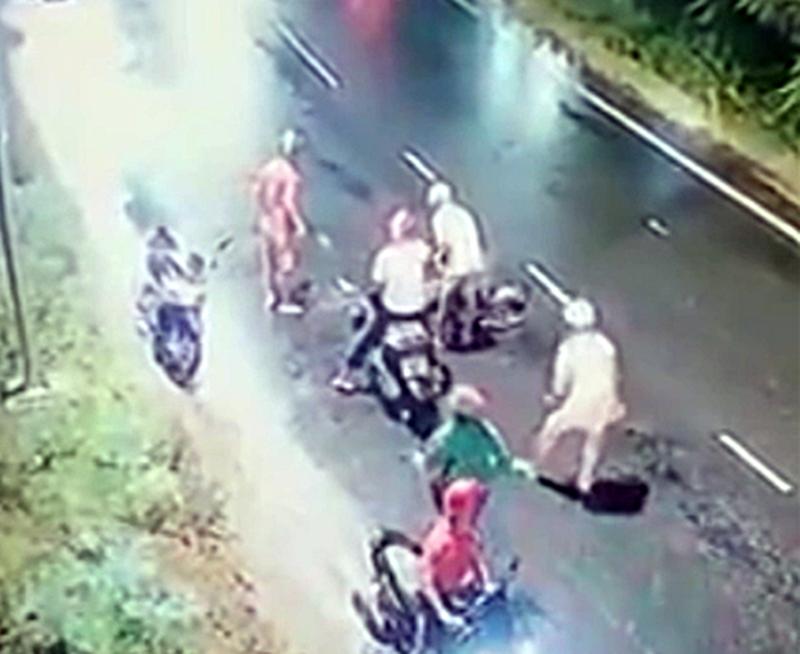 Truy tìm 4 người truy sát thanh niên ở đường ven biển tại Bình Thuận