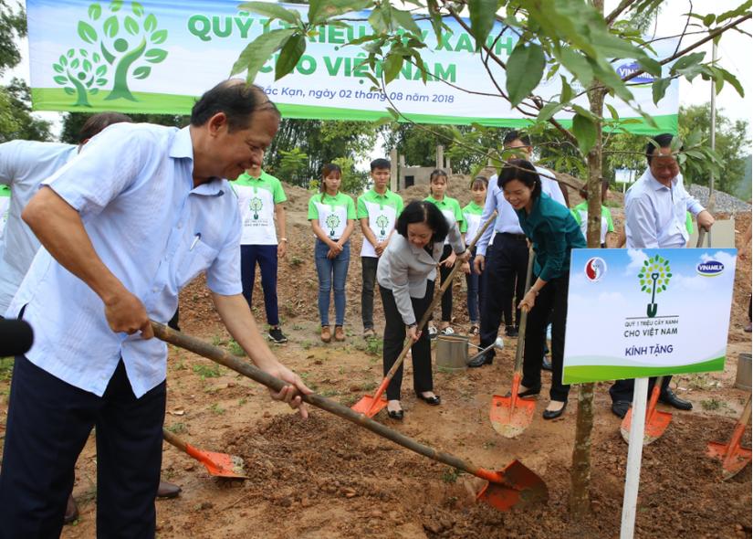 Gần 320 000 cây giống được Vinamilk trao tặng cho người dân để làm kinh tế và trồng rừng