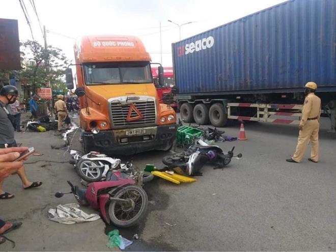Xe đầu kéo đi vào làn xe máy, đâm nhiều người bị thương