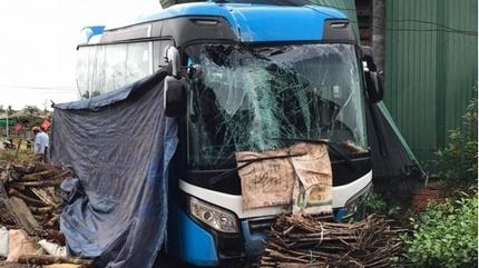 Tin tức tai nạn giao thông ngày 29/9: Xe chở công nhân bất ngờ lao vào nhà dân