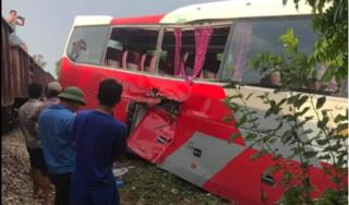 Tàu hỏa đâm ngang hông xe 45 chỗ chở học sinh, nhiều em bị thương
